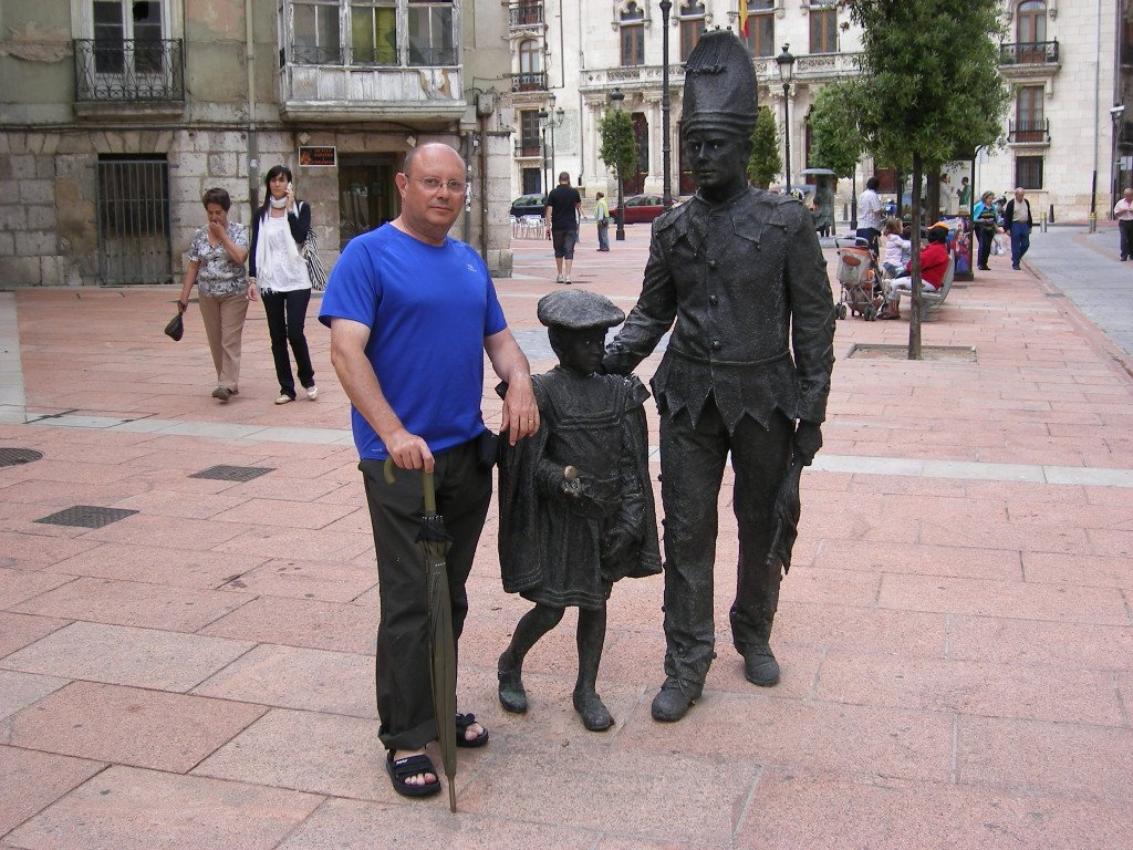 Posando para el recuerdo con las bonitas estatuas de Burgos