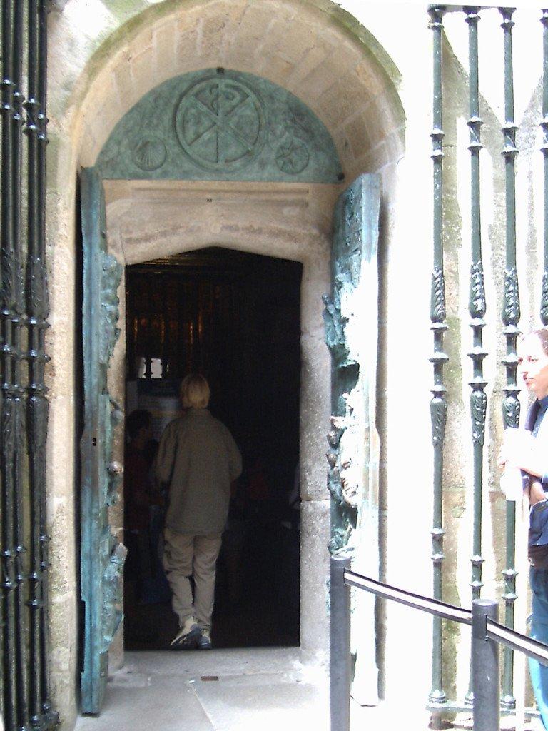 Puerta del Perdón, en la Catedral de Santiago. Abierta de par en par. Camino 2004