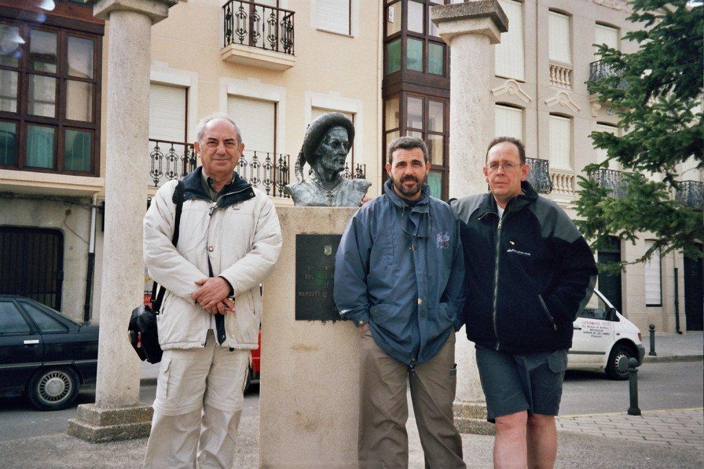 Pepe y dos peregrinos posando ante el busto del Marqués de Santillana