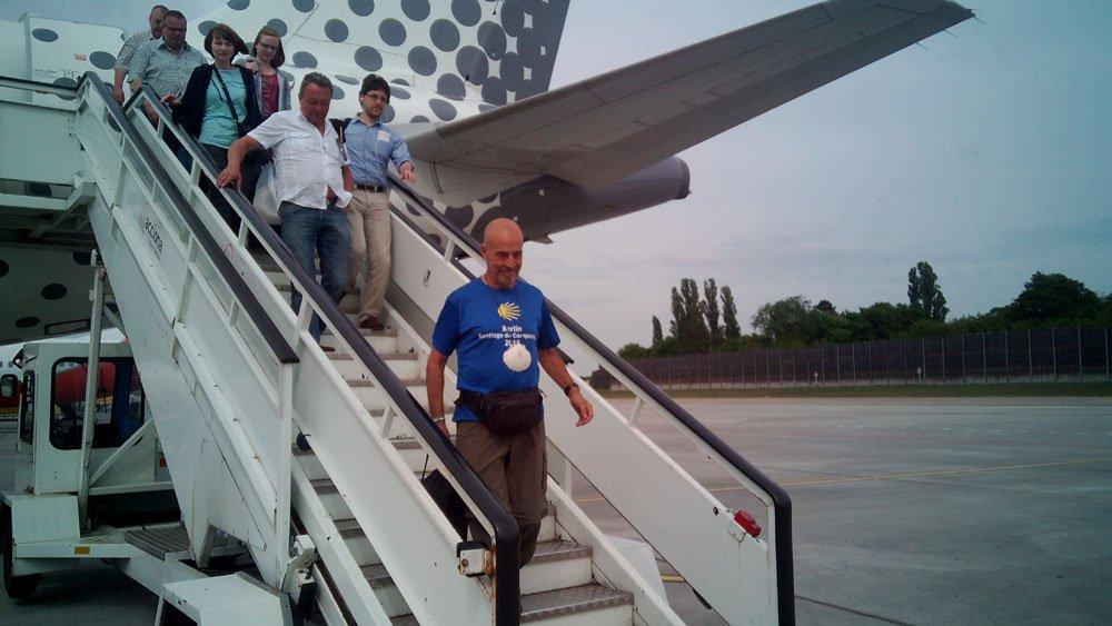Salvador bajando del avión en el aeropuerto de Tegel (Berlín)