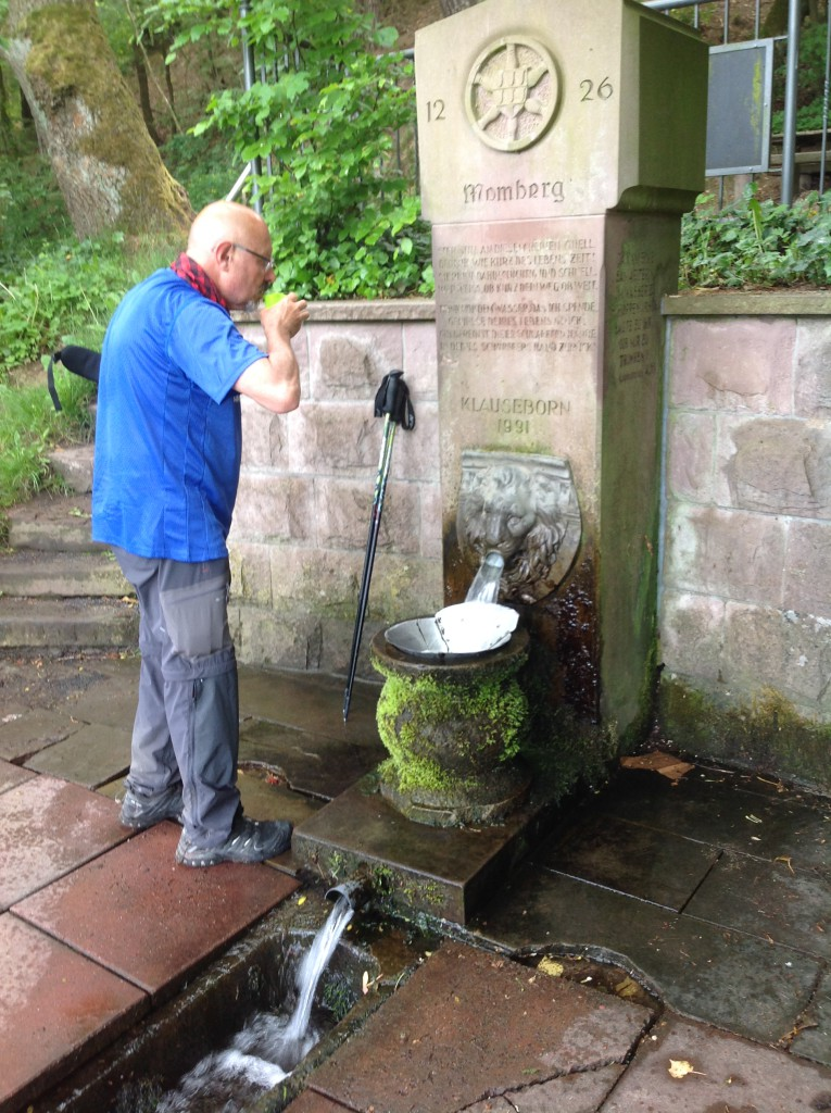 Bebiendo agua en la fuente de Momberg, de 1226