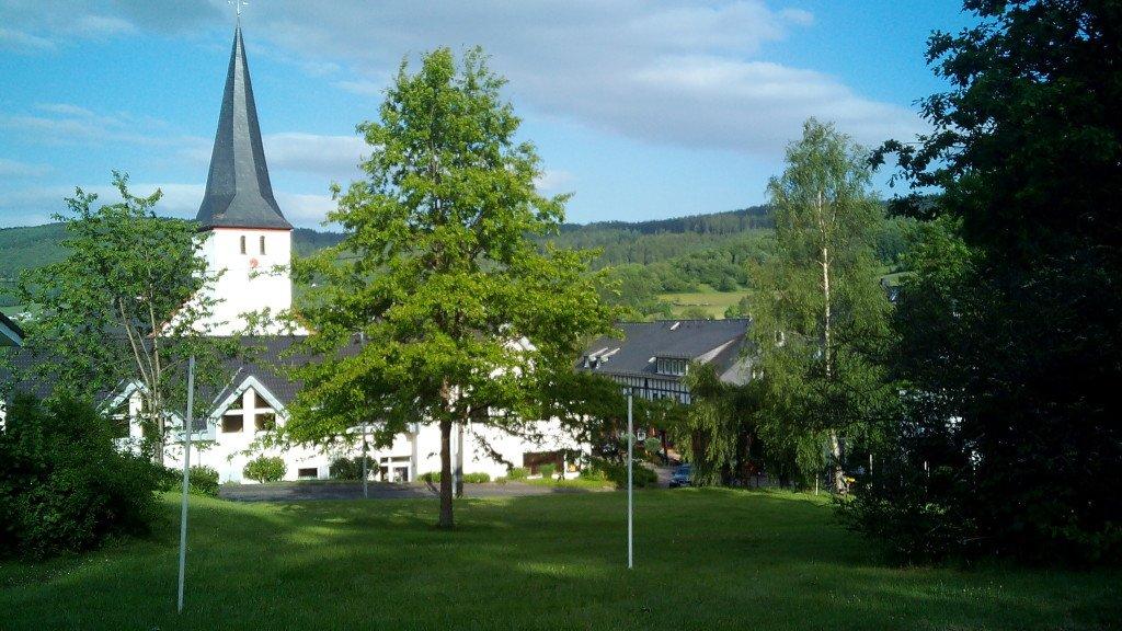 Parquecito con iglesia al fondo