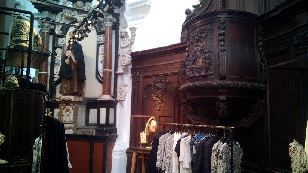 Iglesia de Santiago convertida en una tienda de ropa, Namur