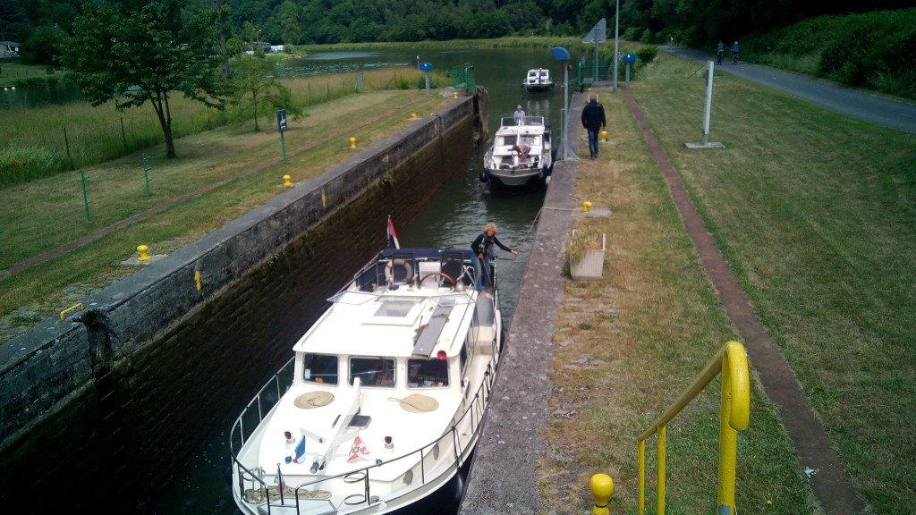 Barcos esperando pasar la esclusa