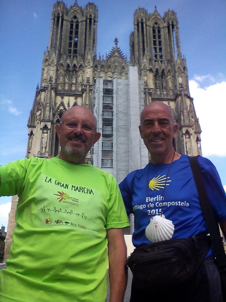 Salvador y yo ante la fachada de la Catedral de Reims