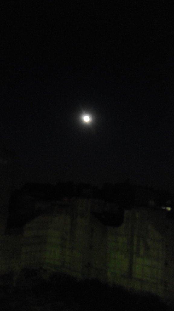 Hay luna llena, sobre París. Auuuuuh