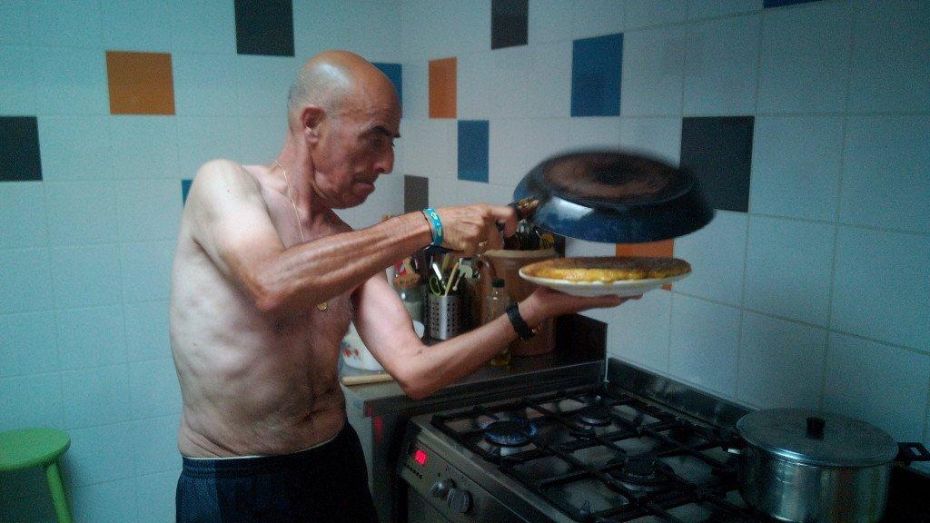 El chef Salvador Serra, haciendo un pase de tortilla a pecho descubierto