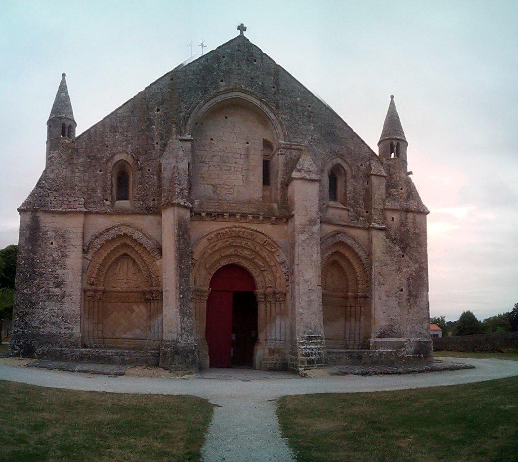 Iglesia de San Pedro, a la salida de Aulnay