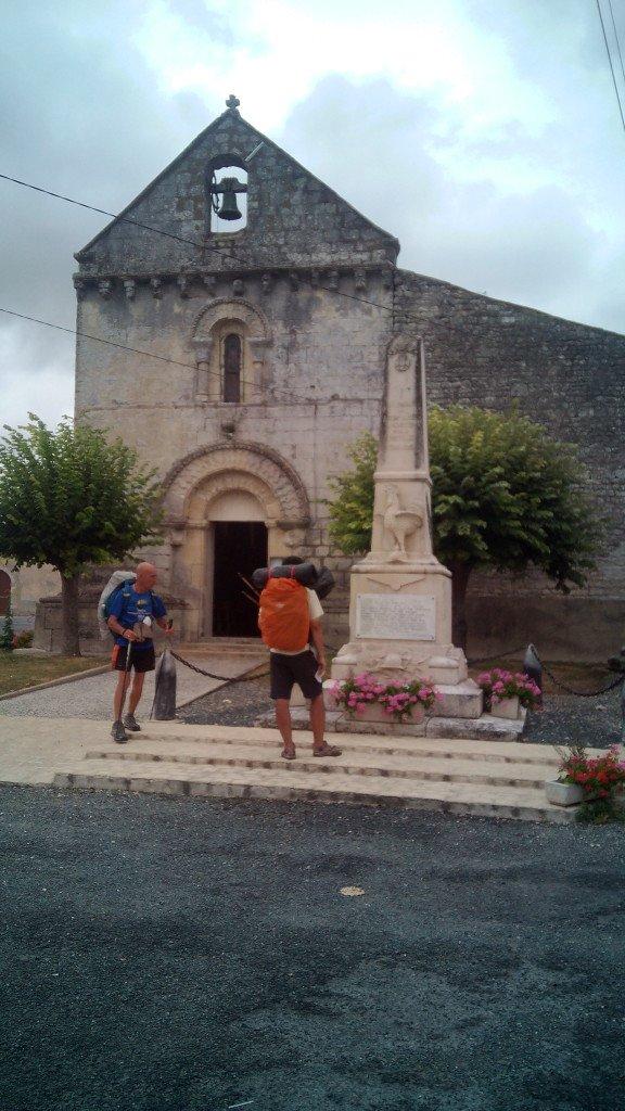 Salva y Johann a la puerta de una iglesia