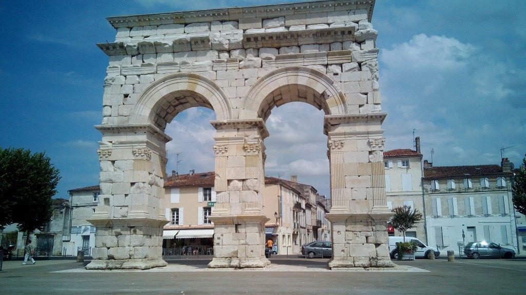 Arco de Germanicus (del año 18 DC), que era la puerta de Saintes en época romana
