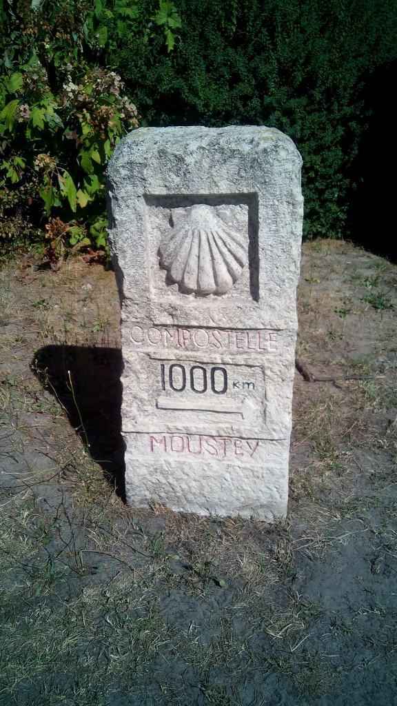 El mojón de lo 1000 Kms a Santiago. Moustey