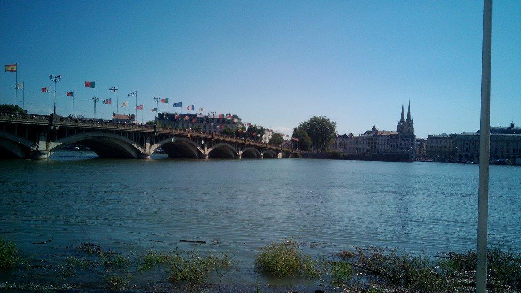 Río Adour, en francés, Aturri en euskera y Adur, en Español