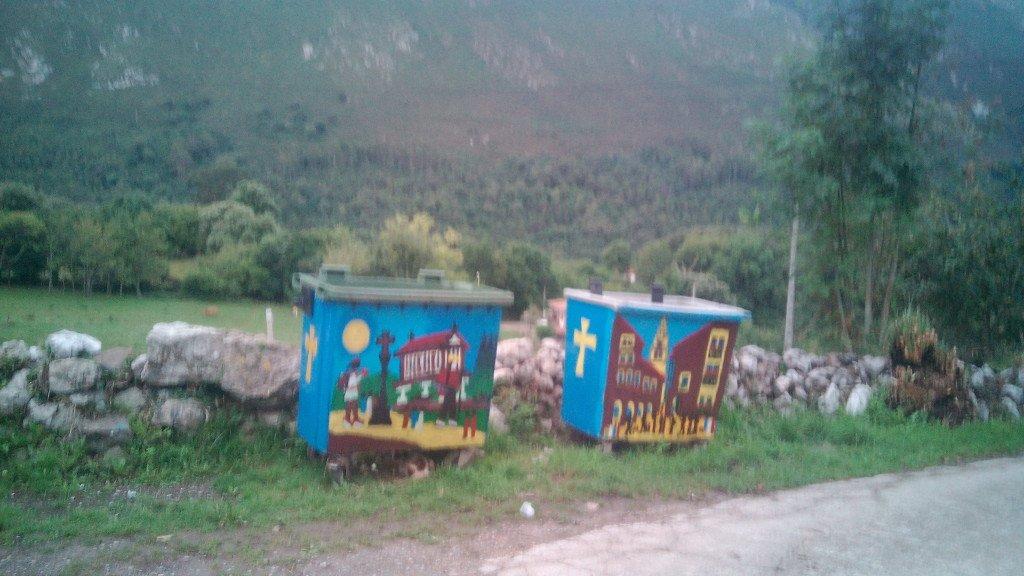 Bonita decoración de los contenedores de basura