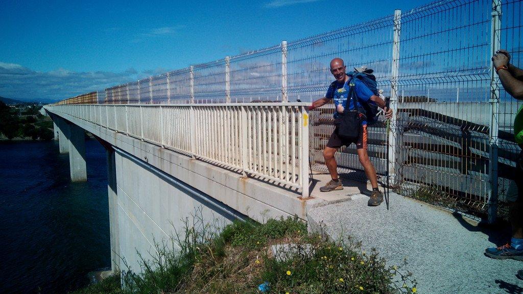 Salvador poniendo el pie en Galicia