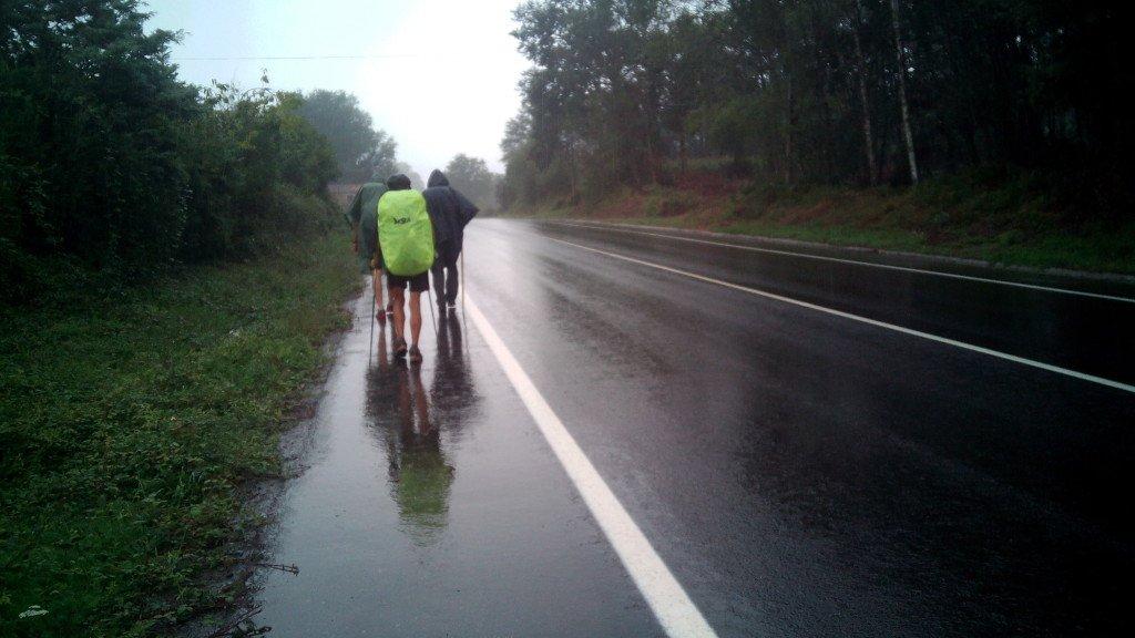 Caminando por el arcén bajo la lluvia fina