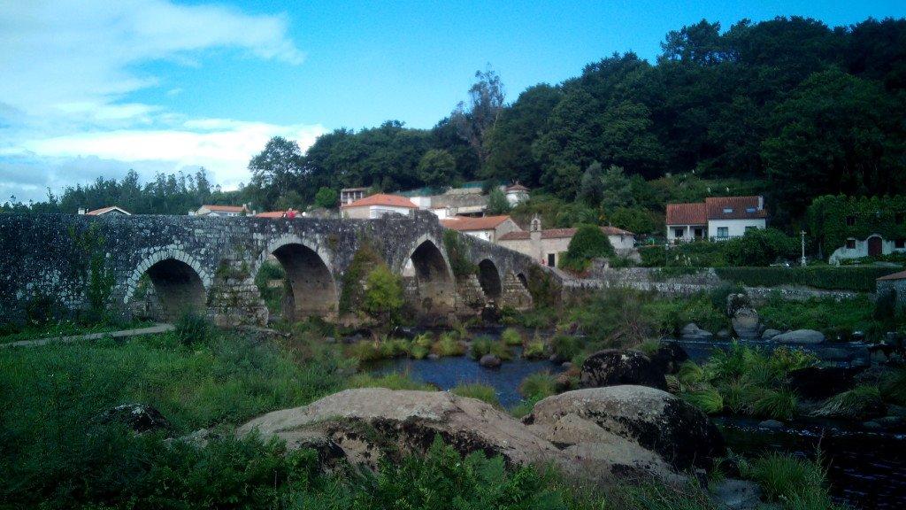 Ponte Vella sobre el río Tambre en Ponte Maceira