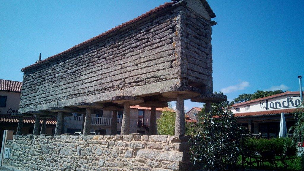 El hórreo que da nombre al albergue, en Olveiroa