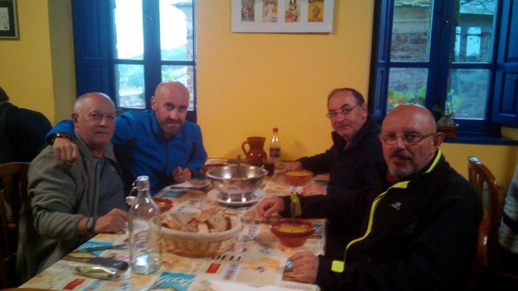 El Camino hace amigos. Cenando en albergue de Castro