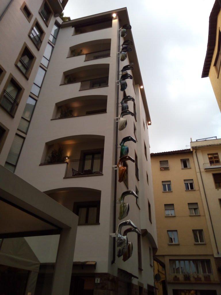 Decoración de fachada con chasis de Vespa. Florencia