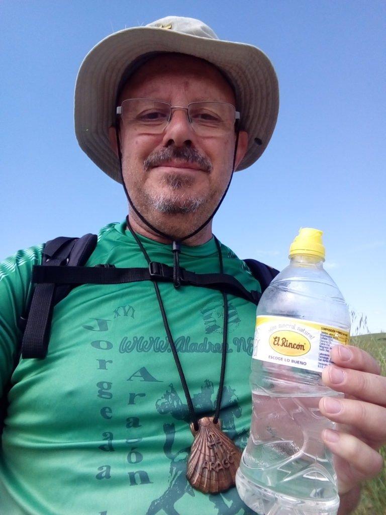 Con mi concha peregrina y una botellita de agua del Rincón que traigo desde Zaragoza