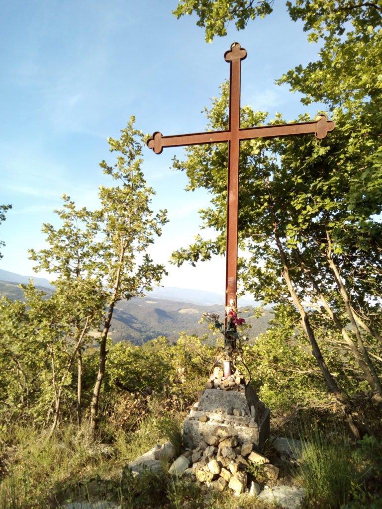 Una cruz en el camino