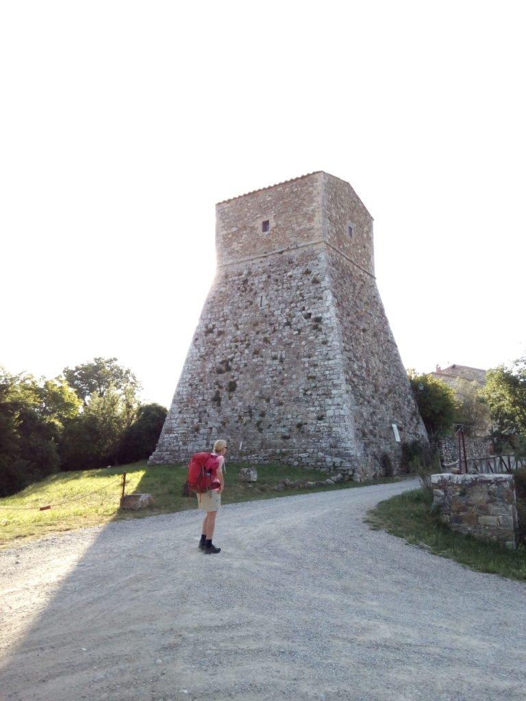 Rusella admirando una torre