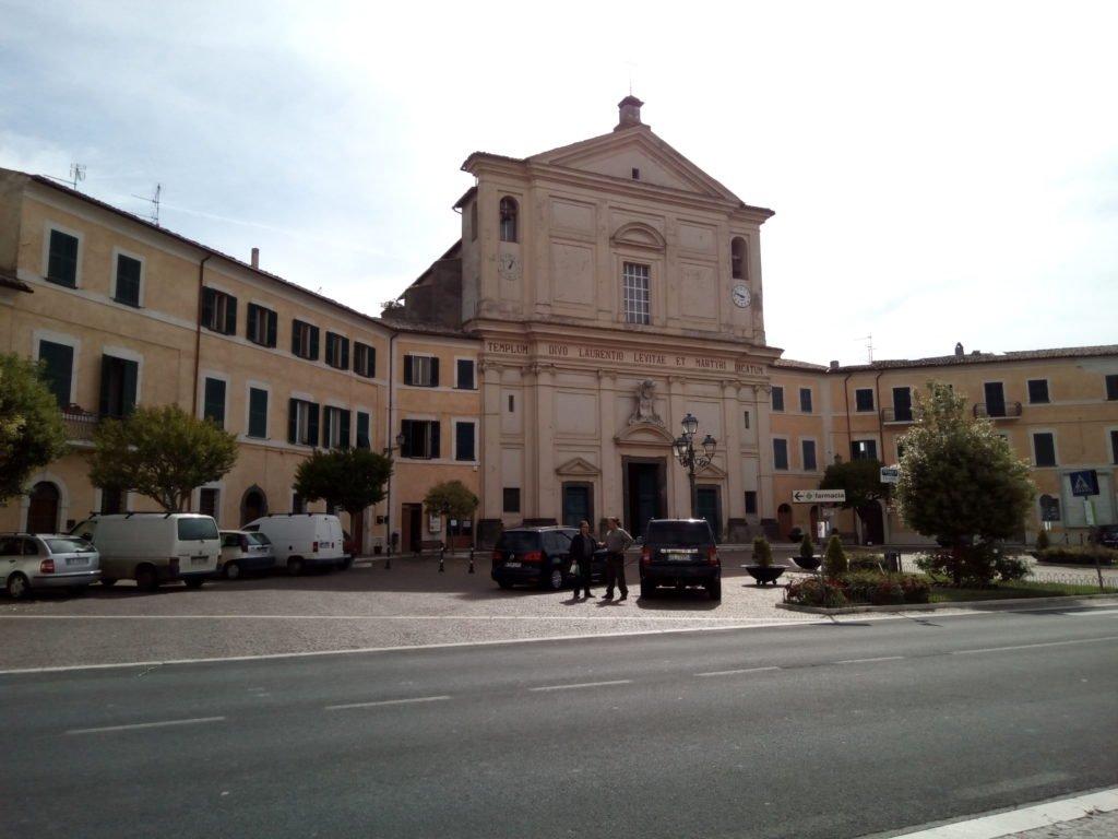 Iglesia de San Lorenzo, en la gran plaza de forma octogonal