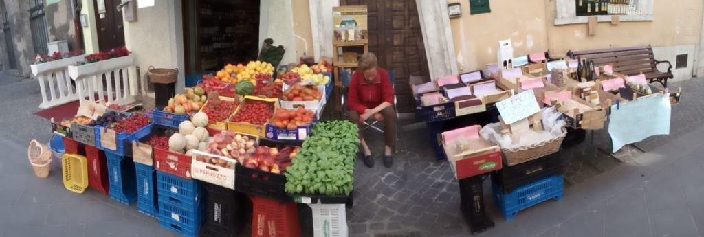 Puesto de frutas y verduras en Bolsena