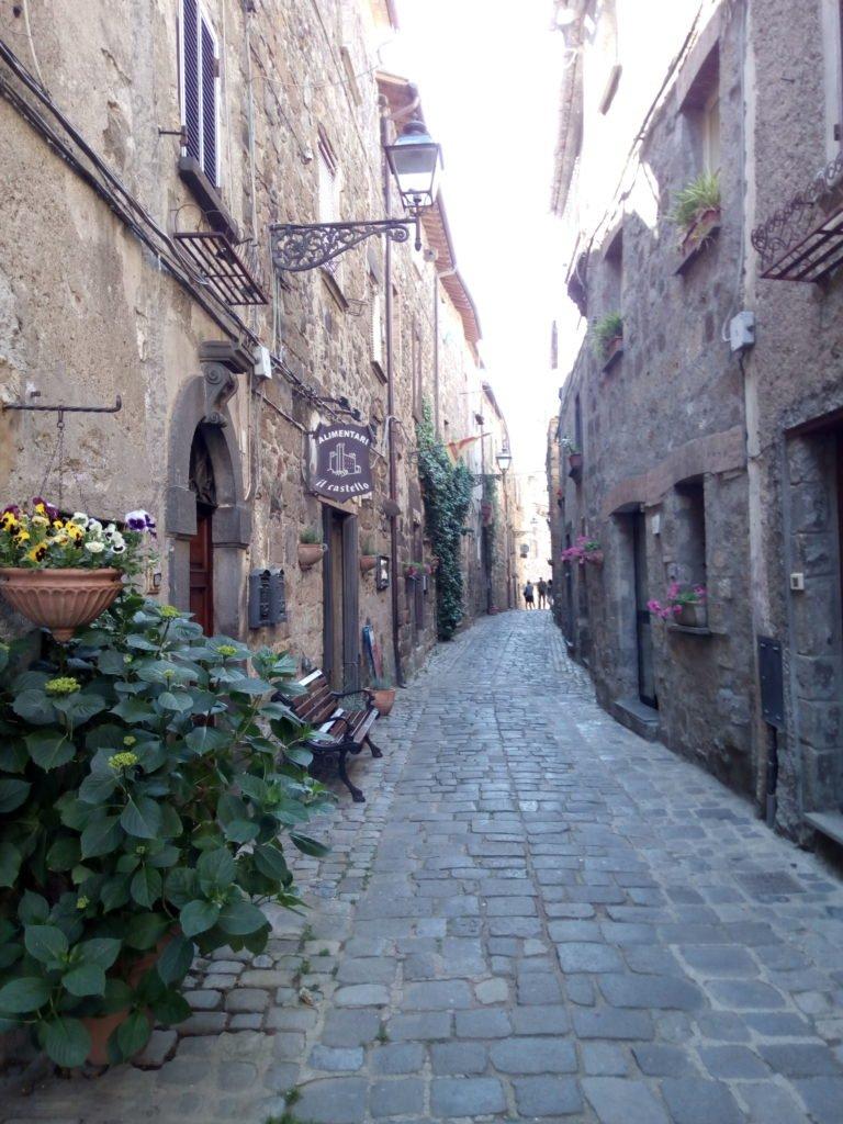 Una calle con encanto medieval en Bolsena