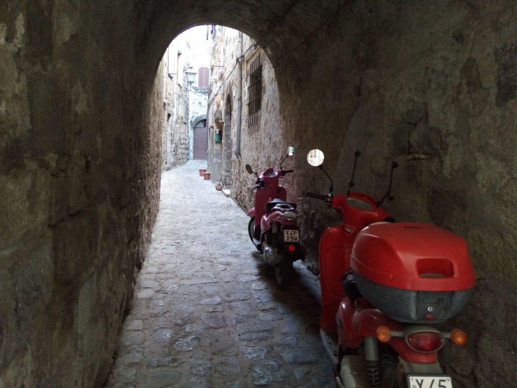 Un callejón de Bolsena, con motos