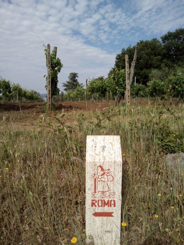 Un hito de la Vía Francígena hacia Roma