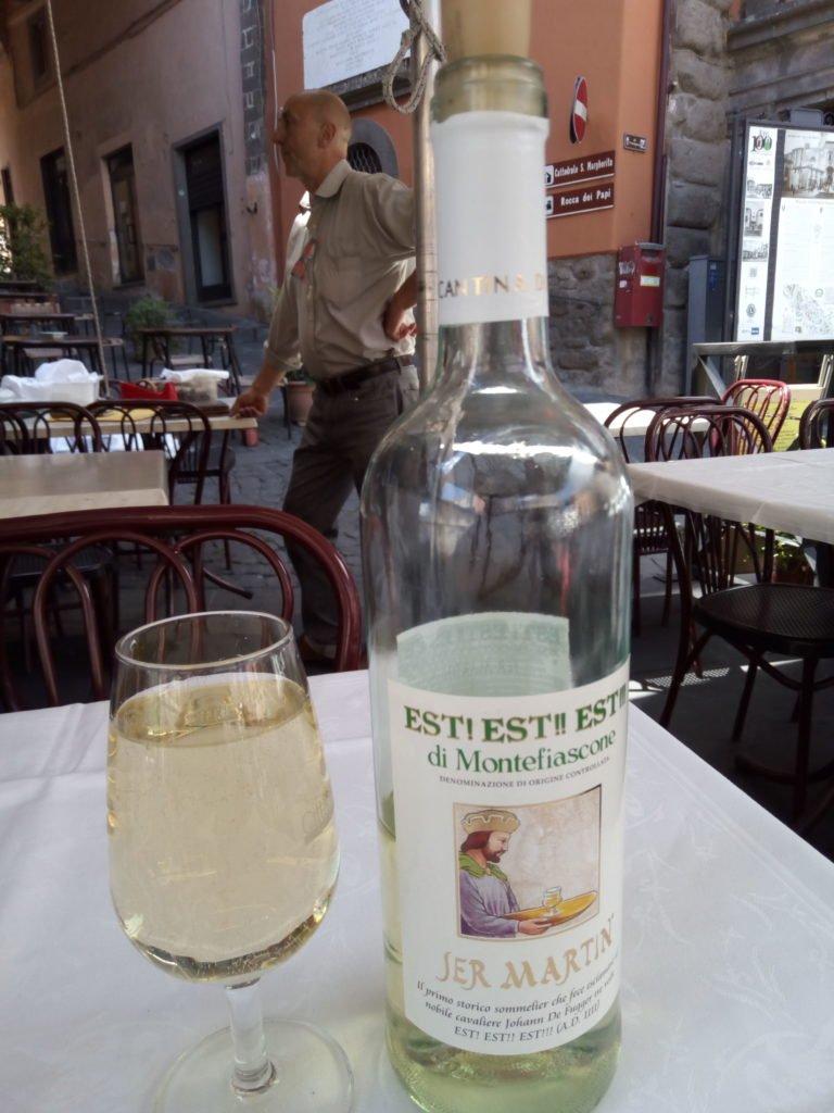 Botella y copa del famoso vino Est! Est!! Est!!! de Montefiascone