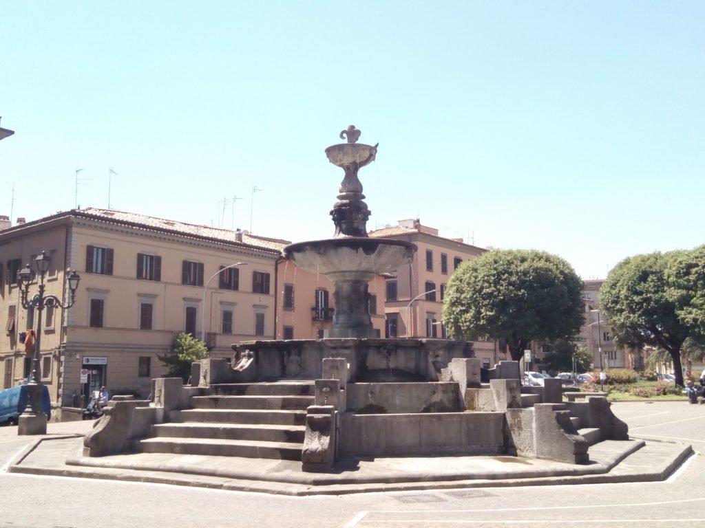 Una plaza con fuente en Viterbo