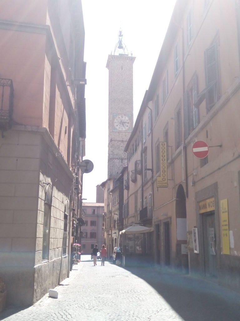Una calle de Viterbo, con torre con reloj al fondo