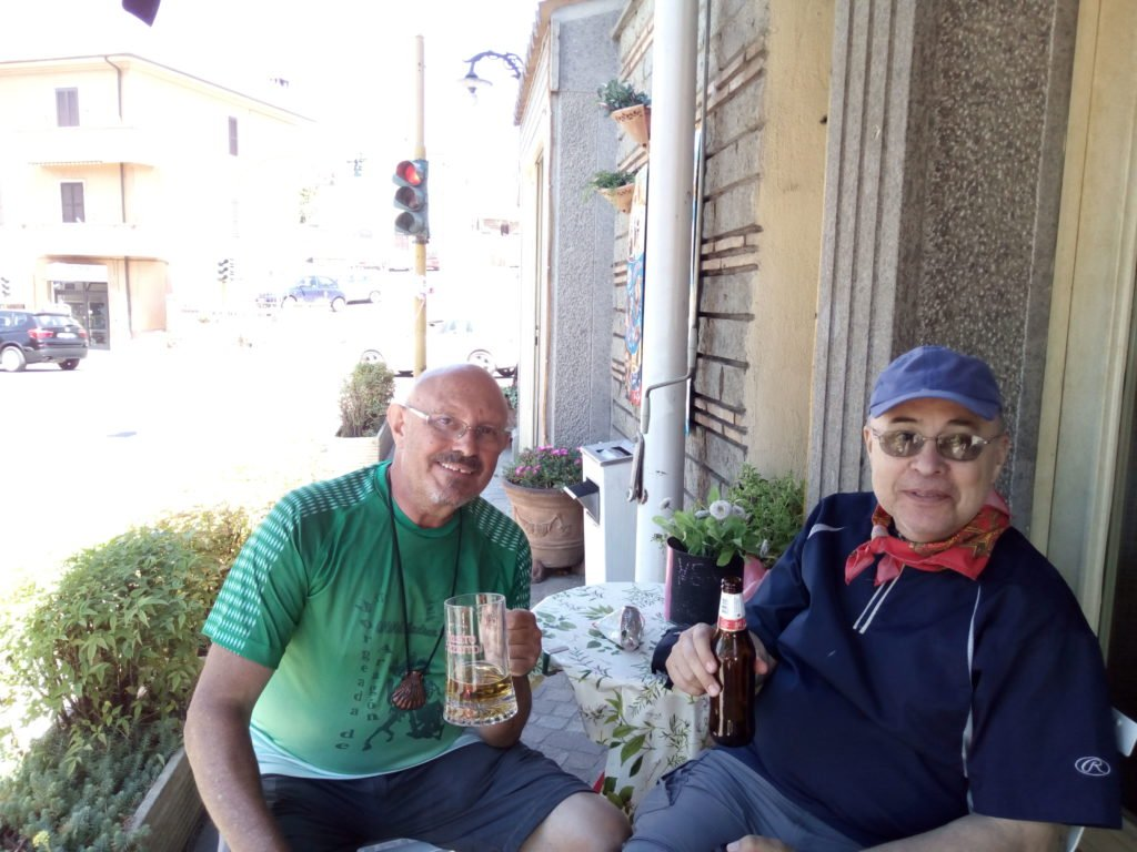 Enrique Flores y Antonio Aladrén tomando una cervecita a la entrada de Vetralla