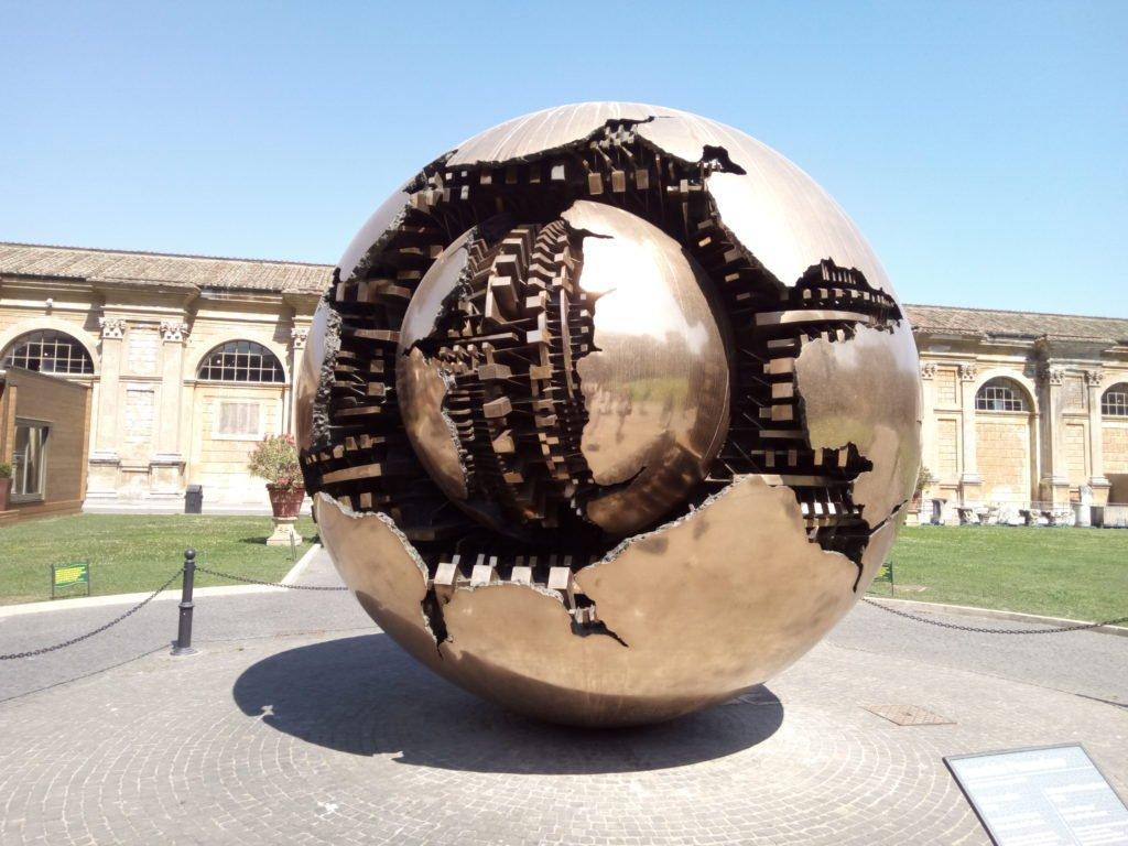 Huevo-escultura en los Museos Vaticanos