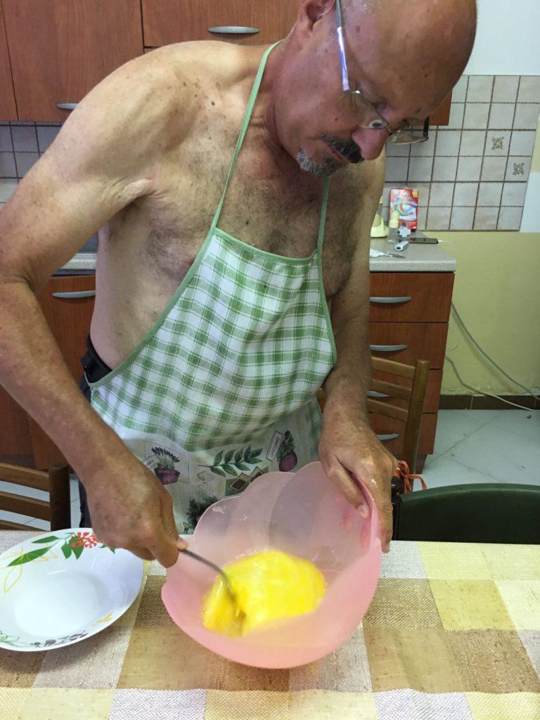 Batiendo huevos para la tortilla
