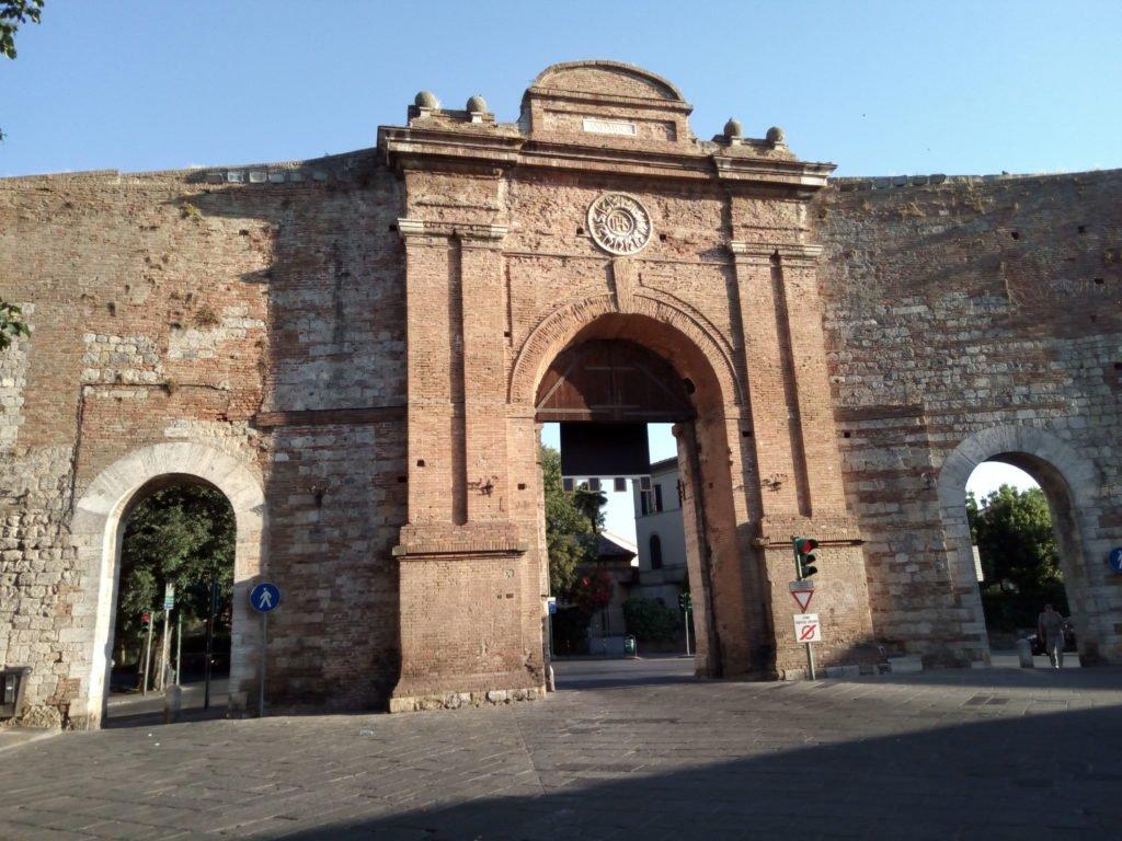 Puerta de salida de Siena, o de entrada, según se mire