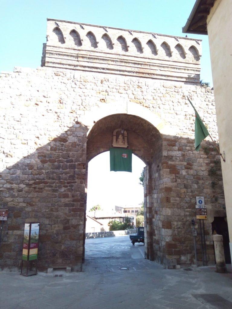 Una ded las cinco puertas que tiene la muralla de San Gimignano