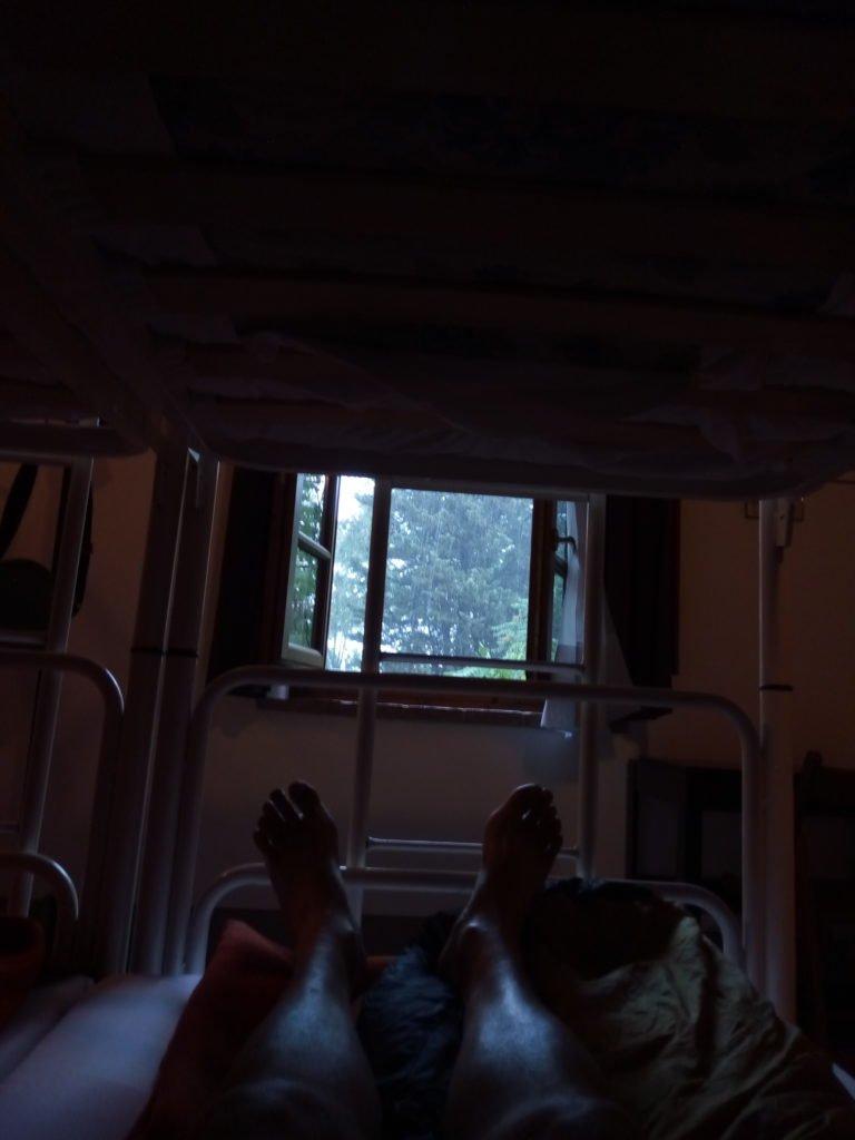 En la habitación del albergue, mirando como llueve