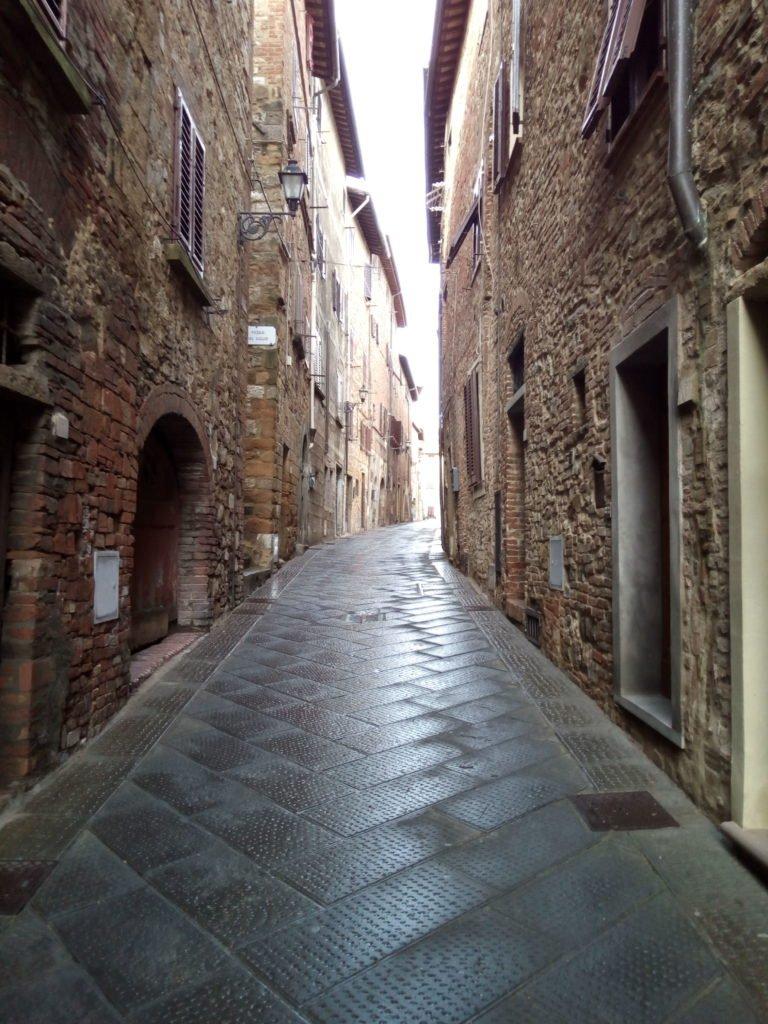 Calle de Gambassi Terme después de la lluvia