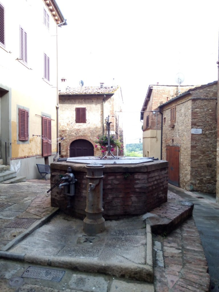 Placita con fuente en Gambassi Terme