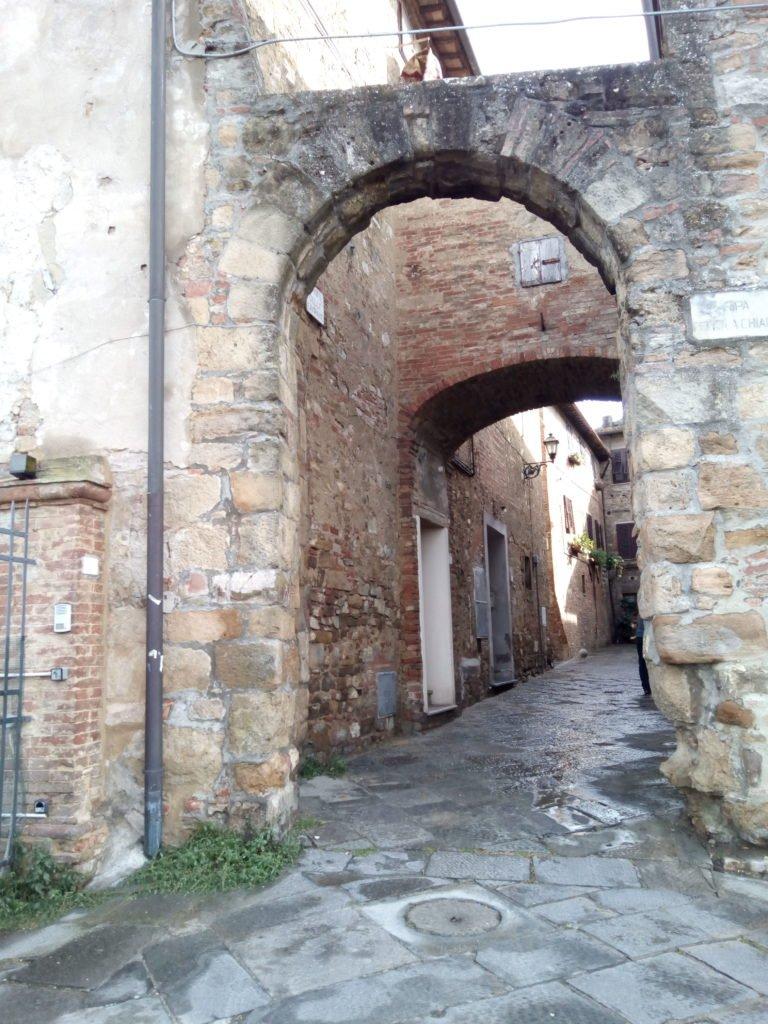 Callecita con arcadas en Gambassi Terme