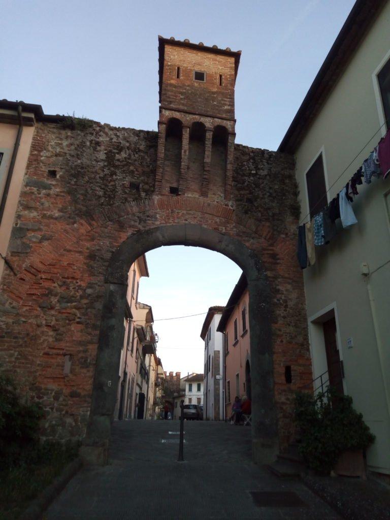 Puerta en la muralla de Altopascio