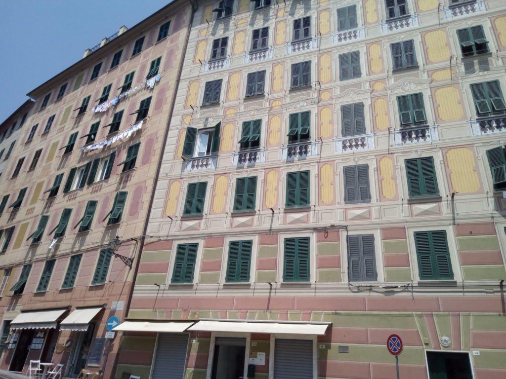 Casas con fachadas pintadas imitando relieves