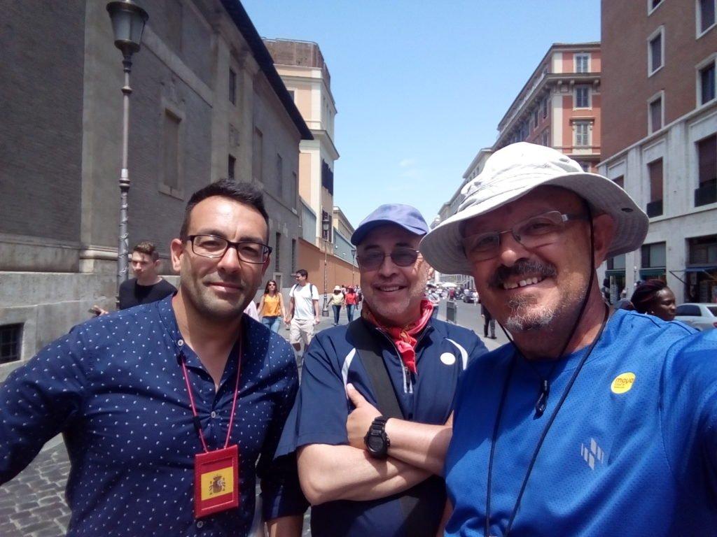 Un selfie de silbido con Enrique y Antonio, granadino y guía de la Ciudad del Vaticano
