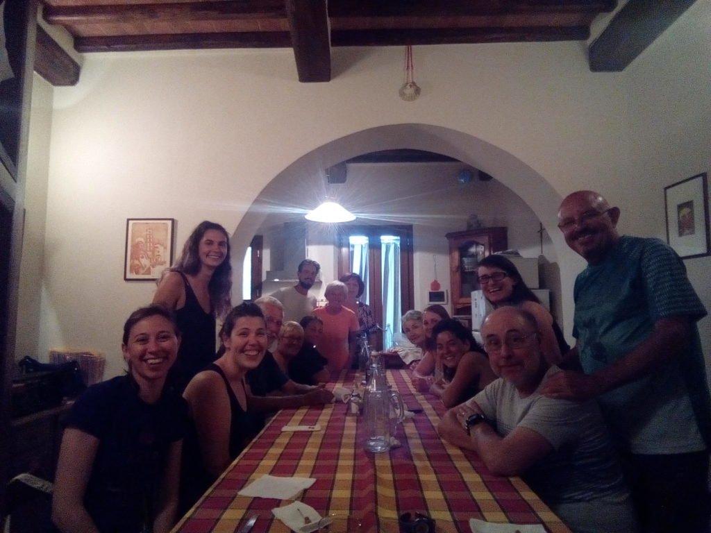 Cena comunitaria en Abbadia Isola