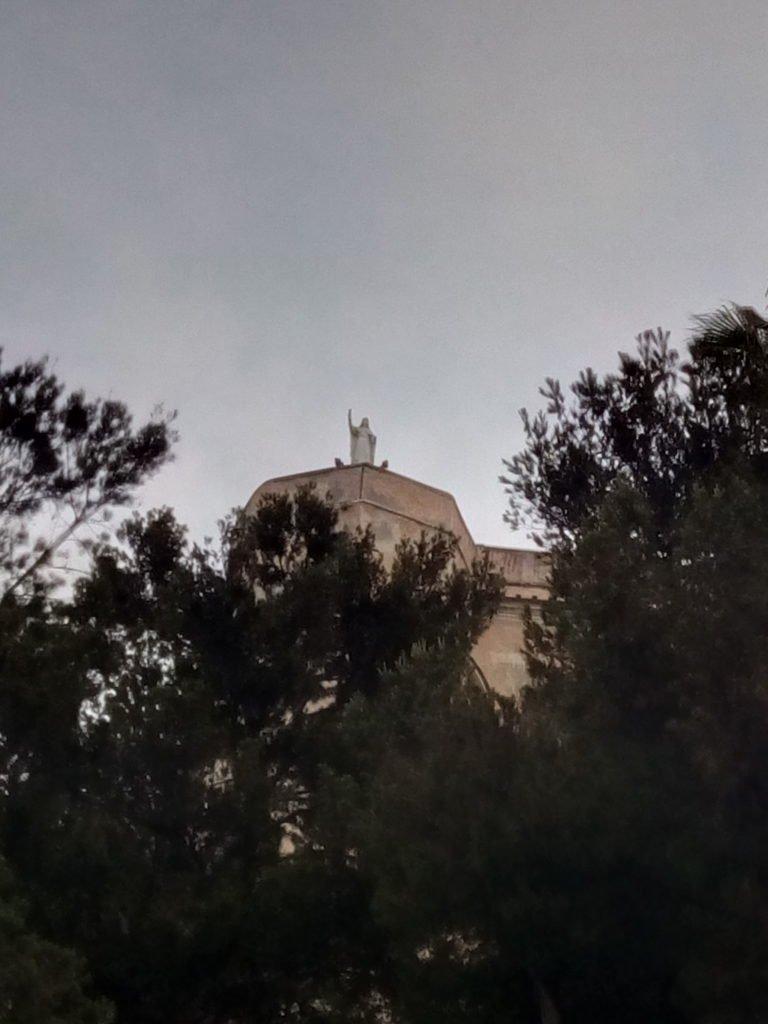 Santa Clara saludando al peregrino