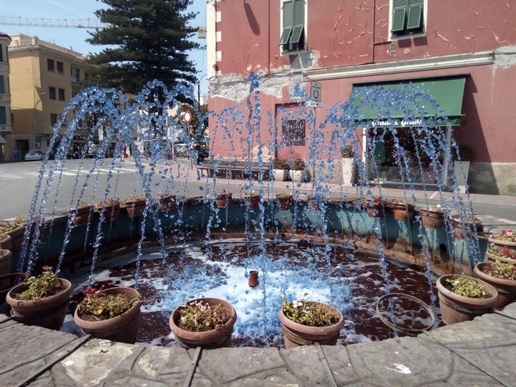 Fuente de agua azul