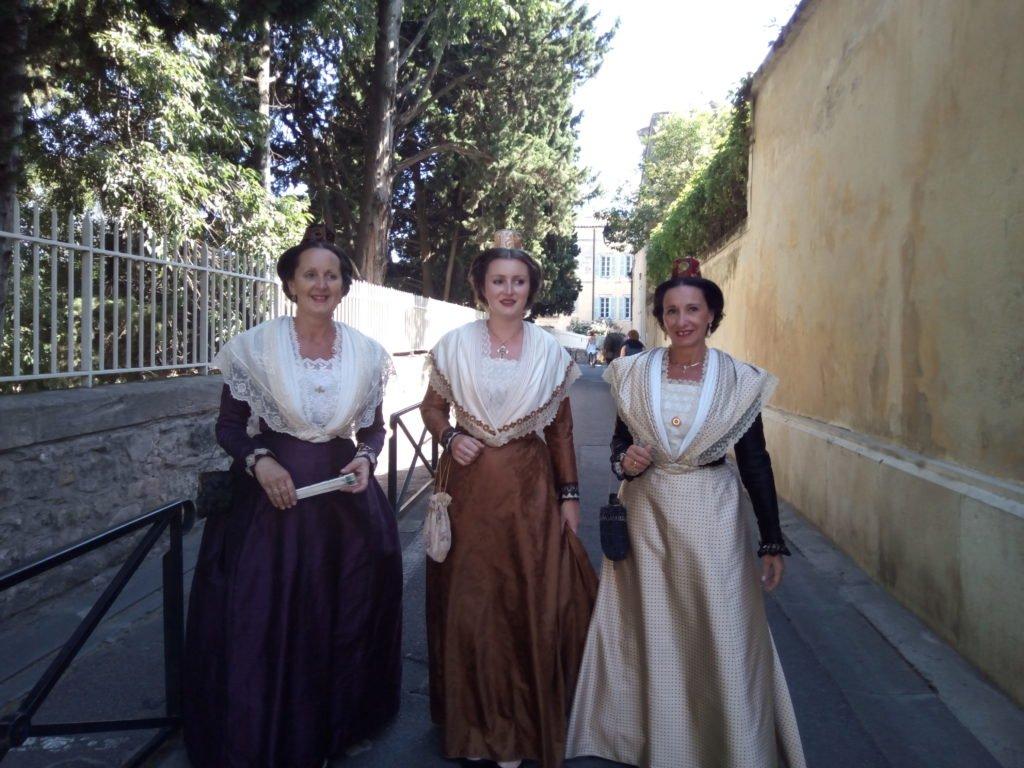 Mujeres ataviadas con traje típico de Arles